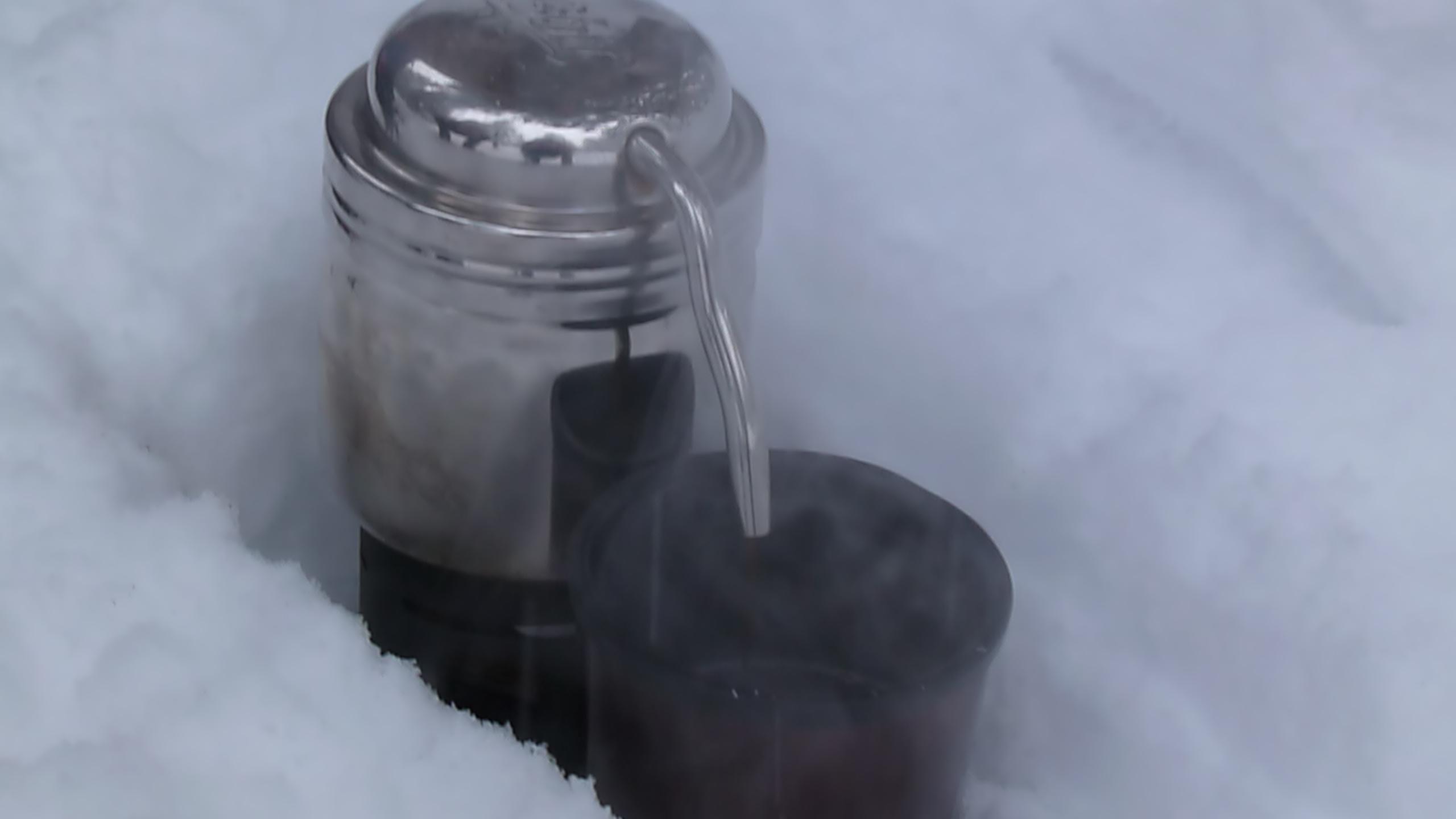 heißer Espresso im Schnee